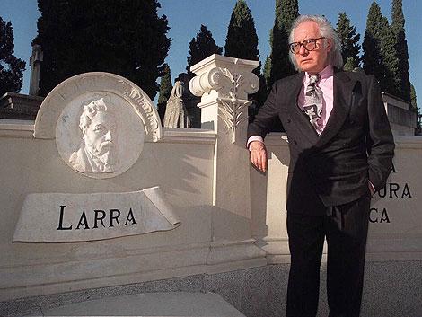 Francisco Umbral, junto a la tumba de Larra en 1998. | Javi Martínez