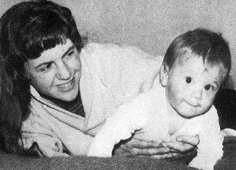 La poeta Sylvia Plath junto a su hijo en Londres, en diciembre de 1962.
