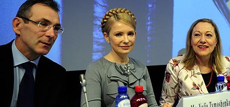 Andris Piebalgs, junto a Yulia Tymoshenk y la comisaria de Relaciones Exteriores, Benita Ferrero-Waldner.   Afp