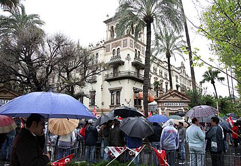 Protesta de los trabajadores, en la entrada del hotel Alfonso XIII.   Fernando Ruso