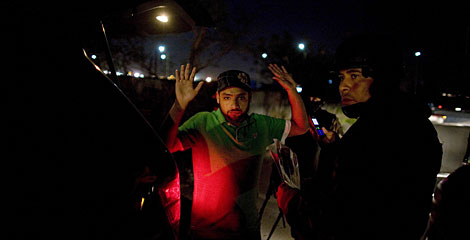 Soldados mexicanos comprueban la identidad de un hombre cerca de la frontera. | AP