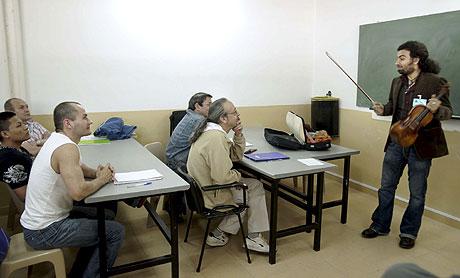El vioinista Ara Malikian imparte clase a los presos. | Efe
