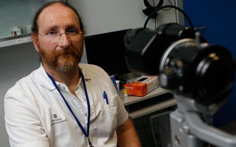 El doctor Jorge Skibinsky en su consulta del hospital de Inca.   Jordi Avellà