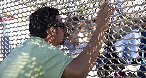 Un mexicano besa a su hijo a través de la valla fronteriza de EEUU. | I. H. H.