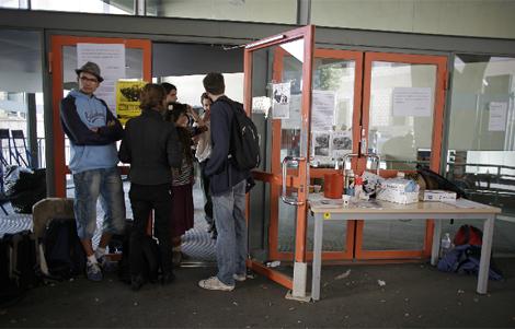 Estudiantes impiden el acceso al edificio el miércoles.   Santi Cogolludo