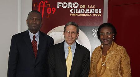 Bunmi Makinwa (izda) junto al Nobel Eric Maskin y Litha Musiymi-Ogana.   Cipó