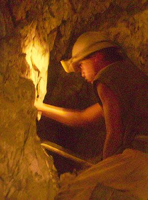 Niño de 13 años trabajando en una de las minas del Cerro Rico, en Potosí. | W. F.