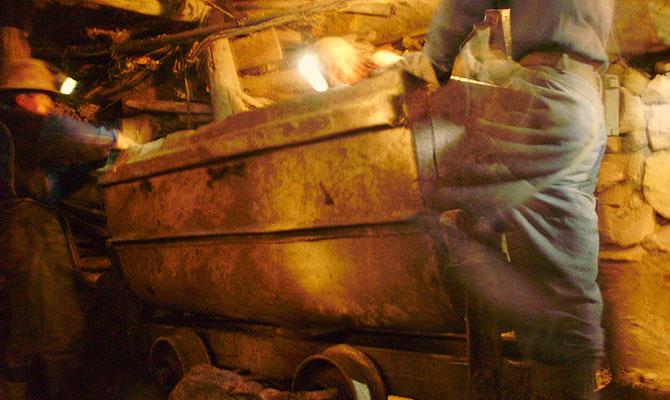 Mineros empujando un carro en los túneles del cerro. | W. F.
