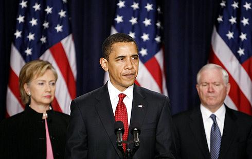 Barack Obama, en Washington, flanqueado por Hillary Clinton (izq.) y Robert Gates. | Reuters