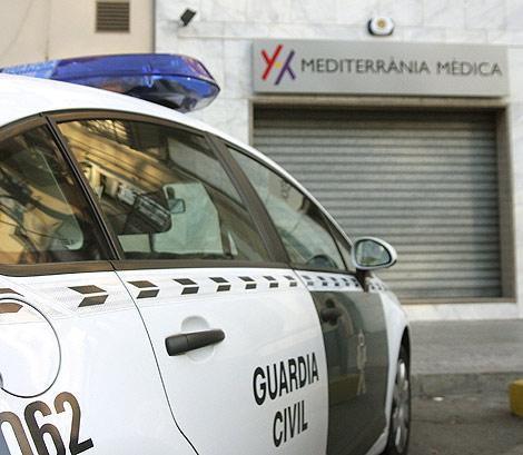 Agentes de la Guardia Civil custodian la clínica ubicada en el paseo Ribalta de Castellón | Torres