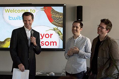 El alcalde de San Francisco, junto a los fundadores de la red. (Foto: Afp)