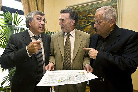 El delegado del Gobierno en Castilla y León, Miguel Alejo (C), se reúne con los alcaldes de Puebla de Sanabria, Jose Blanco (1I), y Palacios de Sanabria, Jesus Fernandez (1D), para informarles sobre el proyecto de la estación del Ave que se construirá en Sanabria, en la Línea de Alta Velocidad Madrid-Galicia.| Ical