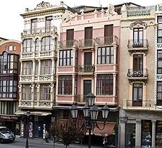Edificios modernistas en la plaza de Sagasta.| Ical