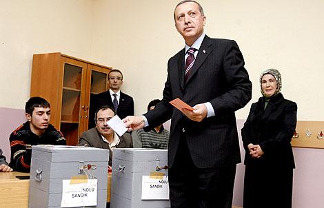 El primer ministro turco, Recep Tayyip Erdogan y su mujer Emine votan en Estambul. | Efe