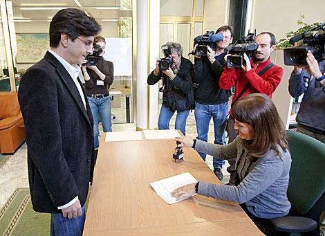 Mikel Arana se acredita como parlamentario de Ezker Batua. | Efe