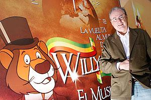 Claudio Biern junto al cartel del musical. | Jordi Avellà