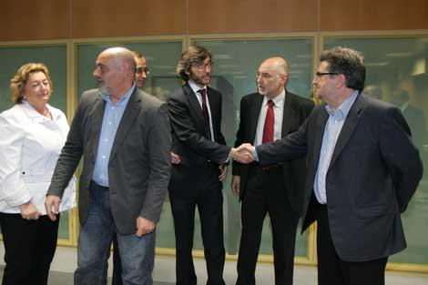 El 'popular' Oyarzabal y el socialista Eguiguren se estrechan la mano.   Nuria González