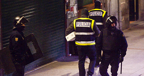 Registros policiales durante las detenciones realizadas en Guipúzcoa. | Carlos García Pozo