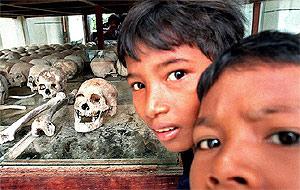 Niños camboyanos junto a cráneos expuestos en el Memorial del Genocidio de Camboya. (Foto: P. Lopez)