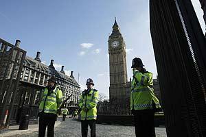 Scotland Yard vigila los edificios oficiales antes de la cumbre del G-20 en Londres (Foto: AP).