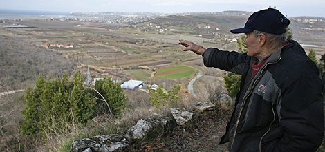 Un croata señala al río Dragonja, entre ambos países. | Reuters