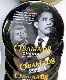Chapas del anterior viaje de Obama. | Efe