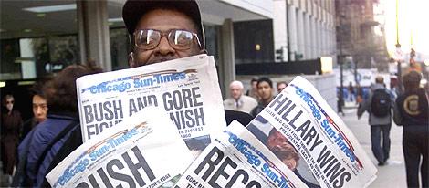 Un estadounidense, con cuatro ejemplares del 'Chicago Sun-Times' tras las elecciones de 2000. (Foto: AP)