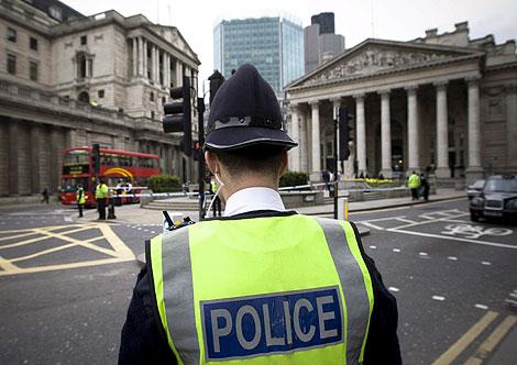Un policía, apostado en uno de los lugares reforzados. | Efe
