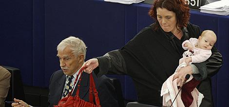 La eurodiputada Hanne Dahl a su llegada al pleno. | Reuters.