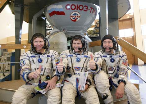 De izquierda a derecha, el cosmonauta ruso Gennady Padalka, el turista Charles Simonyi, y el astronauta estadounidense Michael Barratt, antes de su lanzamiento a la ISS. | Reuters