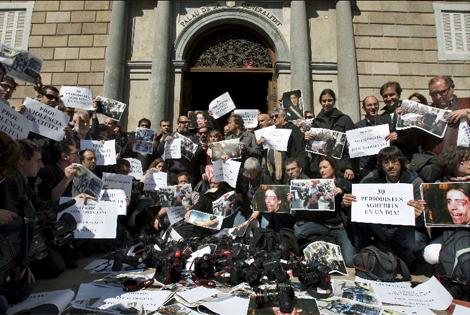 Periodistas protestando por las agresiones frente al Parlament. | Efe