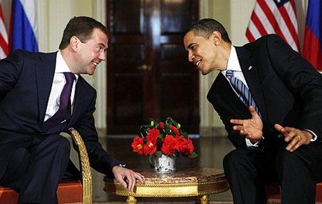 Dmitri Medvédev y Barack Obama en Winfield House, en Londres. | AP
