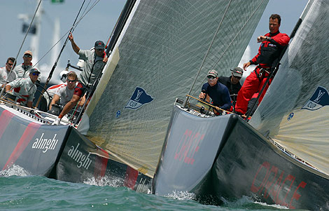Alinghi y Oracle compiten en una regata de la Louis Vuitton | AP
