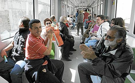 Un grupo de viajeros se divierte a bordo de uno de los trenes. | J. M.
