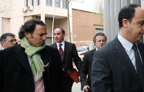 Regadera, con corbata granate, a su llegada al juzgado. | Santi Cogolludo