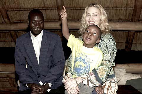 La cantante, con su hijo adoptado y el padre biológico de éste. | AP