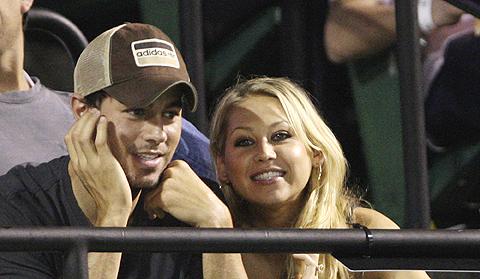 Enrique Iglesias junto a Kournikova, que continúan juntos a pesar de los rumores. | AP