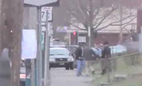 Traslado de un herido en las inmediaciones del edificio.   WBNG-TV
