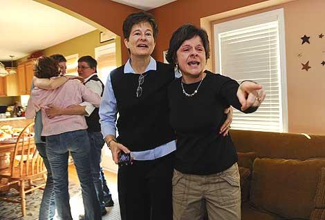 Varias mujeres celebran la resolución judicial en Urbandale, Iowa. | AP