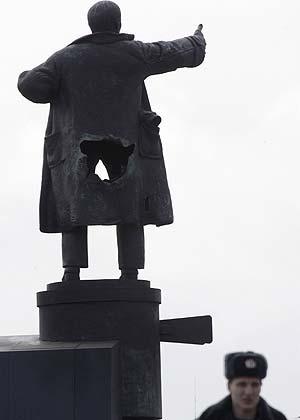 La estatua de Lenin, tras el ataque. | Reuters