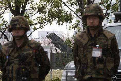 Dos soldados japoneses, junto a unos lanzamisiles del Ministerio de Defensa nipón. | Reuters