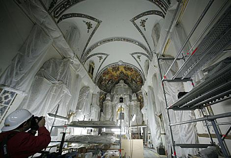 Andamios y plásticos protegen la capilla del palacio de San Telmo. | Esther Lobato