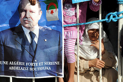 Un retrato del presidente argelino, Abdelaziz Buteflika, en un mítin en Rélizane. | Efe