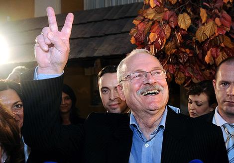 Ivan Gasparovic celebra su victoria. | AFP
