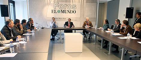Jaime Mayor Oreja, entre Pedro J. Ramírez y Justino Sinova, en el Foro de EL MUNDO.   J. Aymá