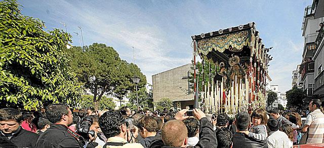 La Virgen del Sol, acompañada por vez primera por la Magdalena y San Juan, por el Plantinar. | Esther Lobato