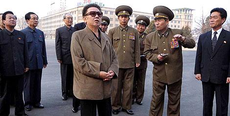 El líder norcoreano, Kim Jong-il (en el centro), en una foto facilitada por la agencia de noticias estatal.   Afp