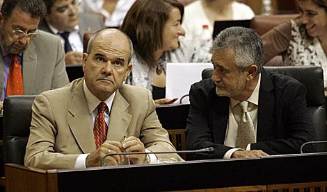 Manuel Chaves, junto al viceconsejero José Antonio Griñán, en el Parlamento andaluz. | J. M.