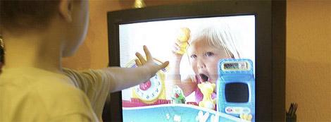 Un niño ante un anuncio de televisión. (Foto: J. Palomar)