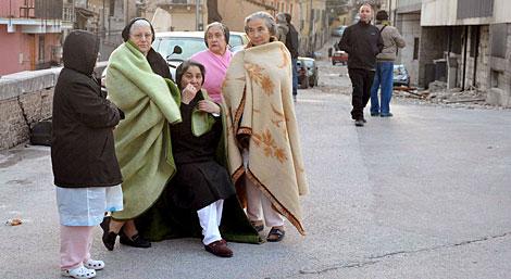 Un grupo de mujeres aguardan en la calle en Ona.   Efe